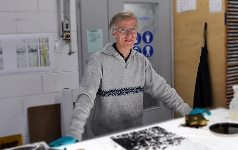 Der Künstler Lukas Derow in den DERIX Glasstudios