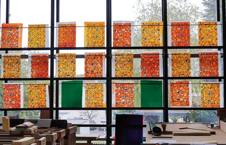 Glasmalereien vor einem Fenster