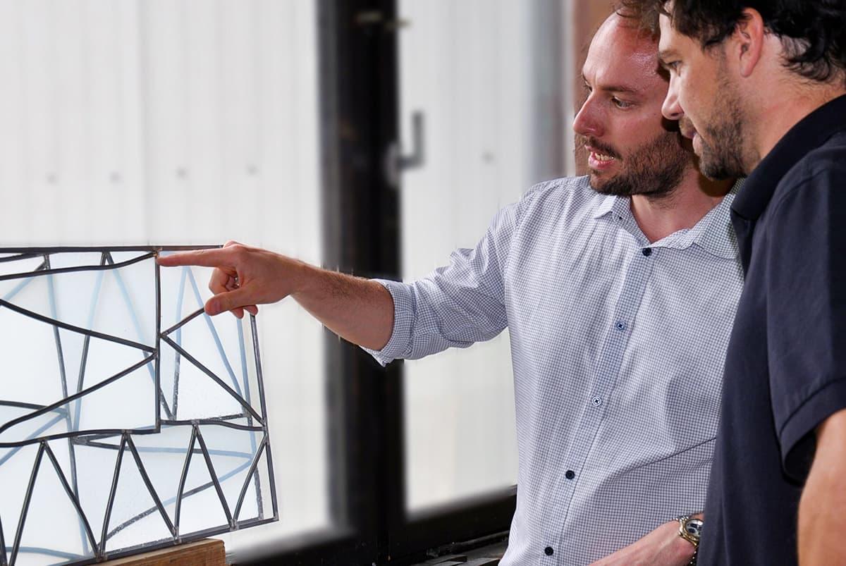 Künslter Bastian Muhr im Atelier der DERIX GLASSTUDIOS