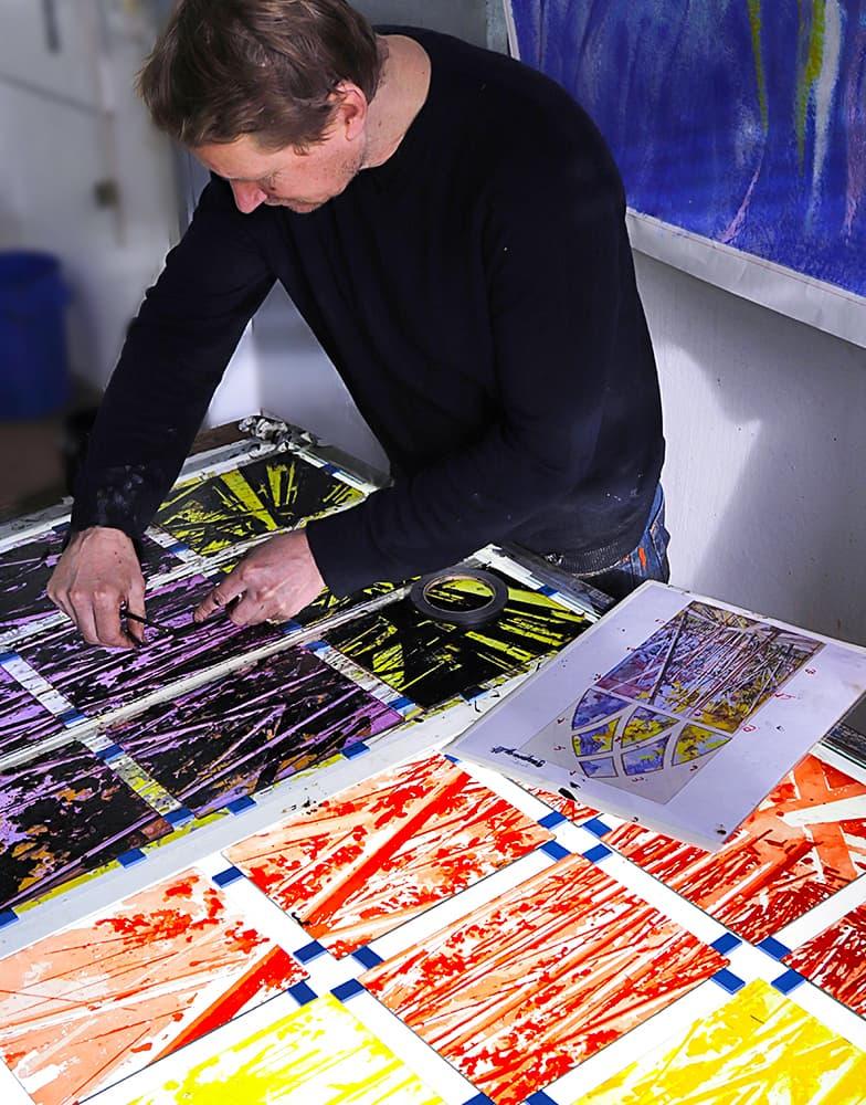 Künslter David Schnell im Atelier der DERIX GLASSTUDIOS