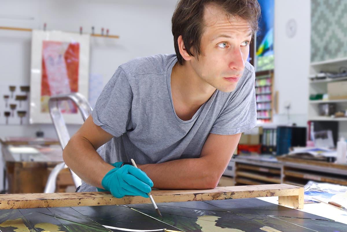 Künslter Julian Plodeck im Atelier der DERIX GLASSTUDIOS