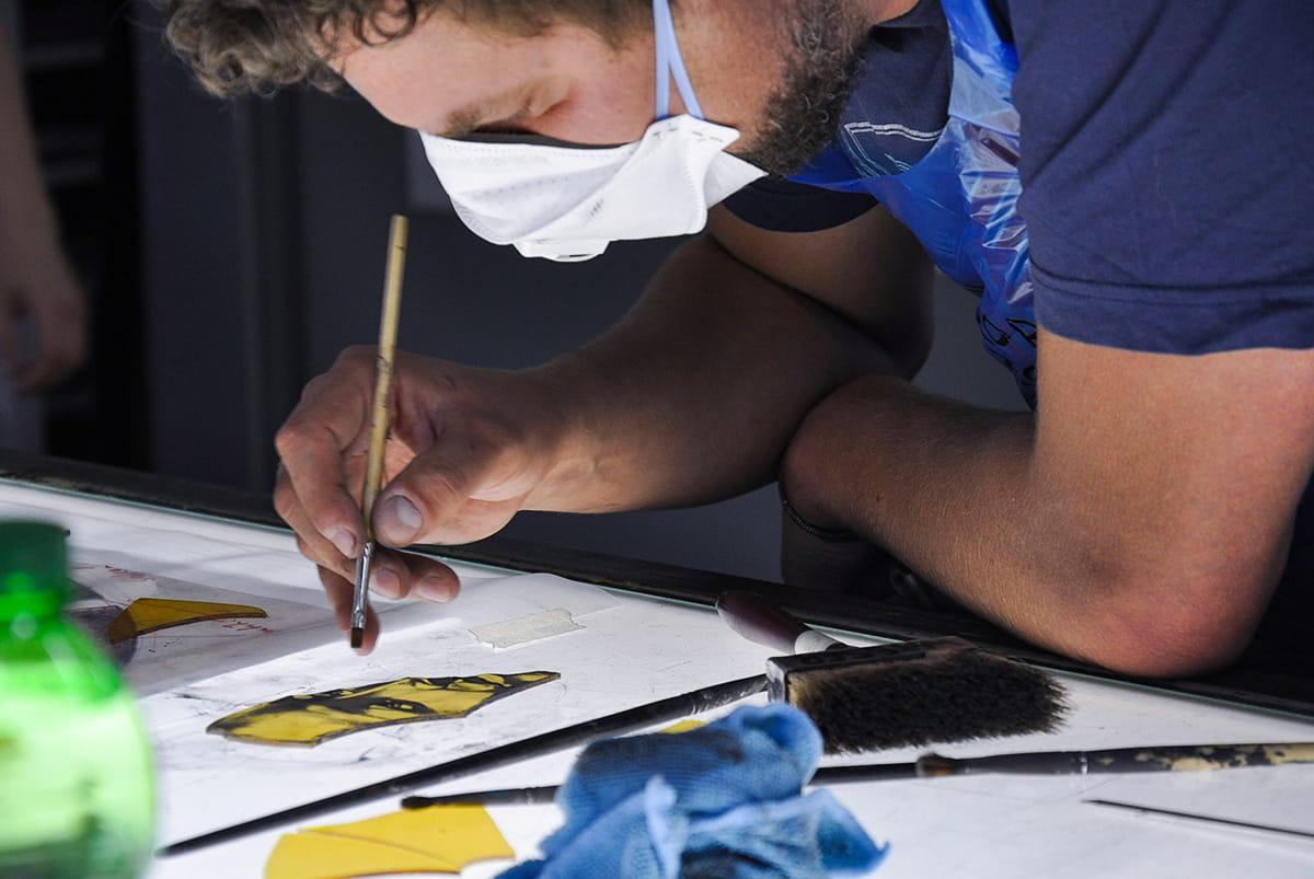 Künslter Robin Zöffzig im Atelier der DERIX GLASSTUDIOS