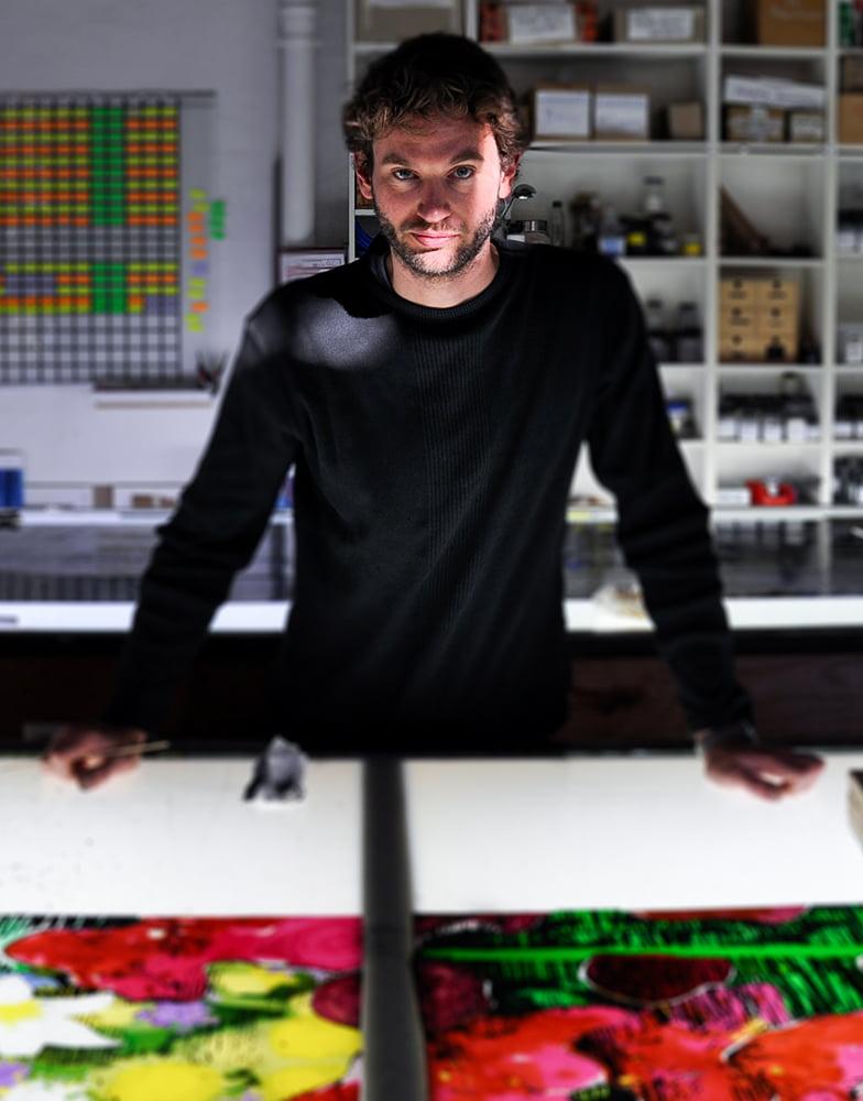 Künslter Sebastian Pless im Atelier der DERIX GLASSTUDIOS