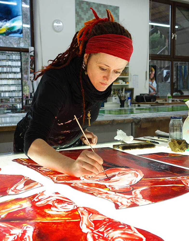 Künslterin Undine Bandelin im Atelier der DERIX GLASSTUDIOS