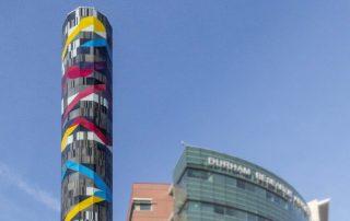 "Glasturm ""Search"" des japanischen Künstlers Jun Kaneko in Omaha"