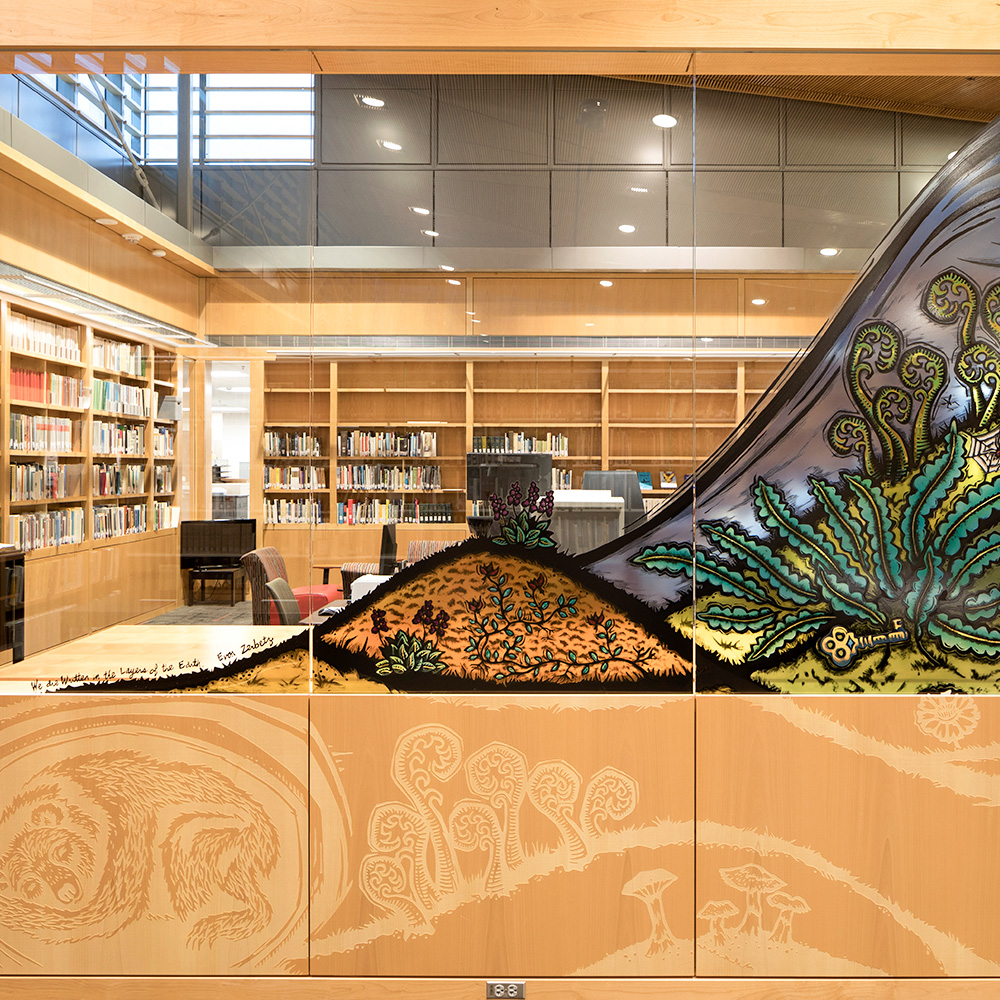 "Glasmalerei in der Alaska State Library - ""Written in the Layers of Earth"""