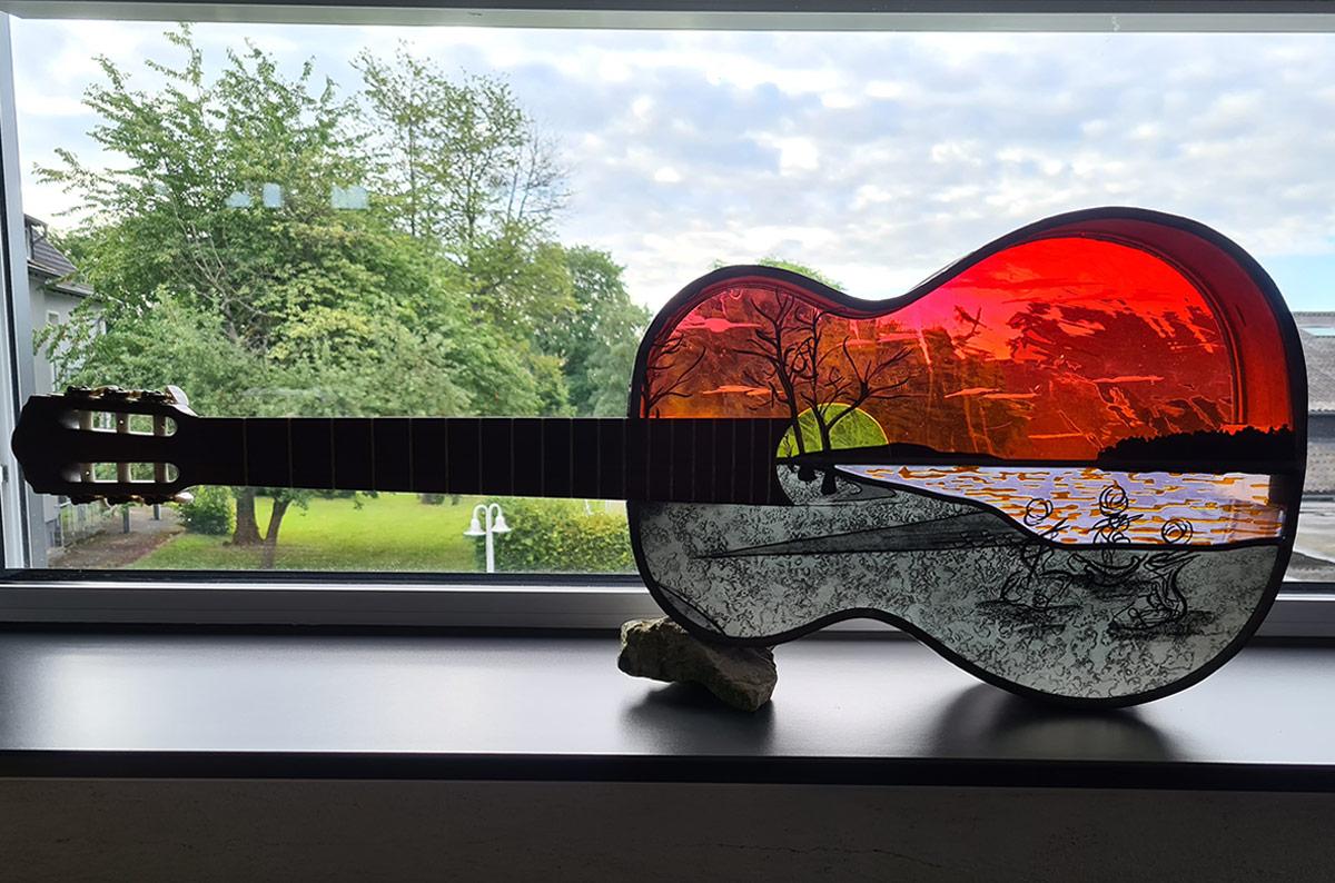 Gitarren-Glasmalerei von Tatjana Gesellen 2020